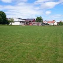 Vereinsheim und Rasen